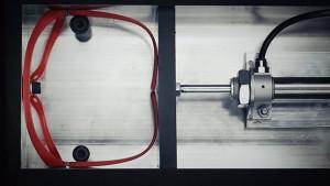 以機械重複測試眼鏡的彈性與品質。