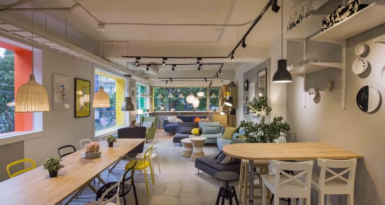 2樓保留老屋大片玻璃窗採光,設置靠窗座位區,享用美食之餘還可看街景,多麼愜意!