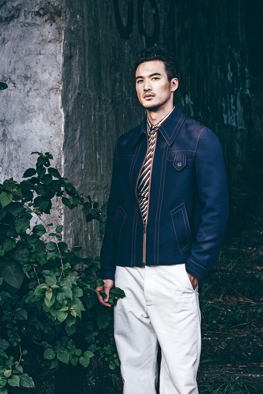 棕色斜紋衫與深藍色夾克呈現出鮮明的對比,搭配上白褲款呈現出搶眼的風格。