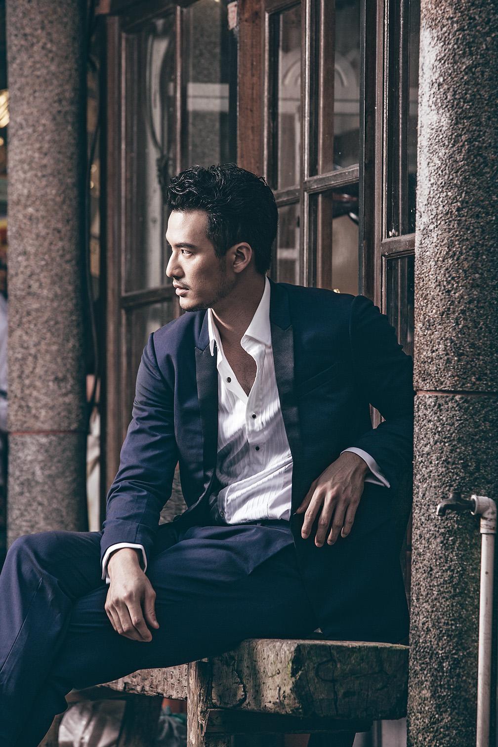 一席亮眼的服裝是紳士的必備要素,色彩獨特的藍色西裝,特殊的布料讓男人一點也不無聊。