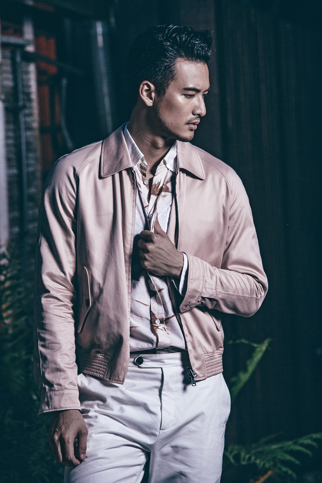粉色系服裝呈現出男人親切的一面,下搭白色褲款透露出高貴的氣質。