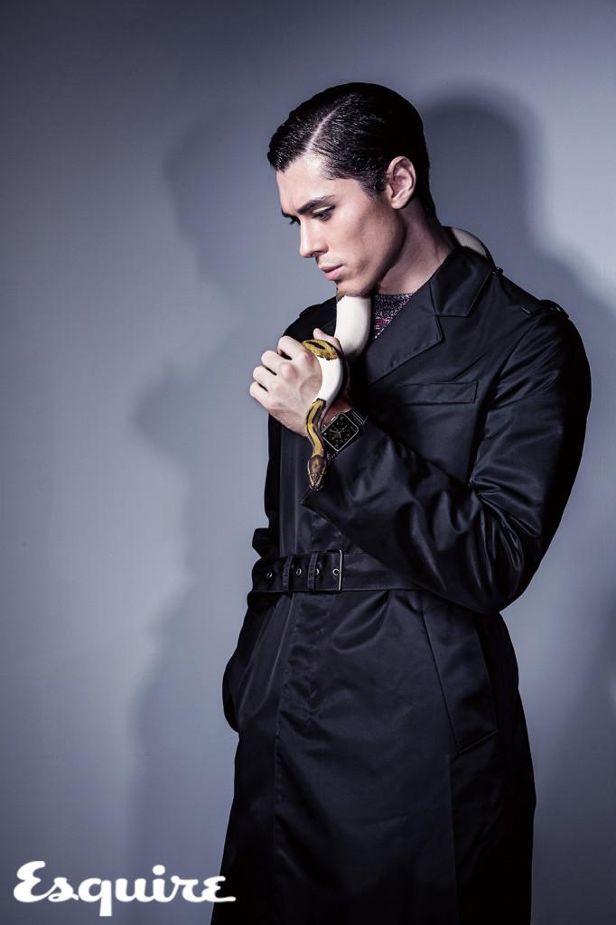 尼龍材質的黑色風衣,呈現出俐落的輪廓,飽和的色彩同時也散發出淡淡的光澤感。