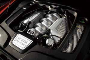這具6.75升V8雙渦輪增壓引擎是Bentley的招牌動力,嚇人的1,100Nm最大扭力,即使車重 2,685kg也可以4.9秒破百。