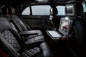 4. 雅致的後座是放鬆的空間。設於前座頭枕後方的iPad平板電腦可以隨手取出,相當方便。