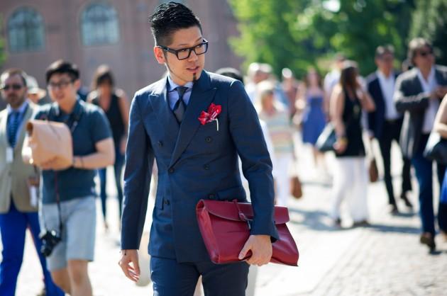 紅色的方巾在灰藍色西裝上有畫龍點睛的效果。