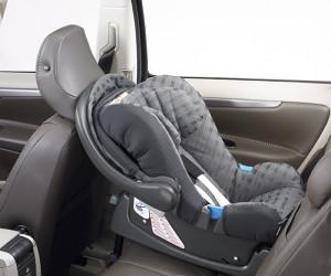 新生兒的頸椎肌力尚未長成,乘坐安全座椅時頭部要朝後,萬一發生撞擊意外,肌力脆弱的新生兒才能仰賴椅背的充足支撐,對抗強大的撞擊能量。