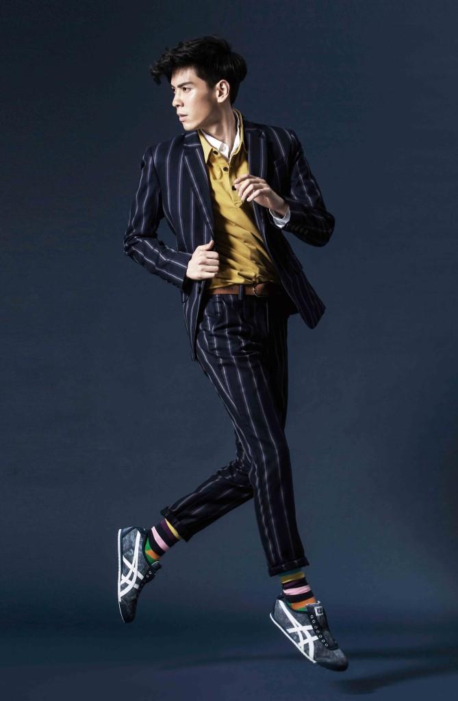 藍色條紋西裝外套_$8,980、黃色polo衫_$2,680、藍色西裝褲_$4,680 by Knightsbridge;白襯衫_$590 by Spao;棕色腰帶_$1,299 by H&M;條紋配色襪_$420 by Happy Socks;Mexico 66 Slip-On紮染帆布鞋款_$2,500 by Onitsuka Tiger。