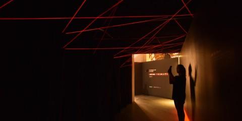 「2015台灣設計師週」華碩設計中心打造充滿律動的線形燈海隧道,燈光隨現場音樂節奏明暗舞動