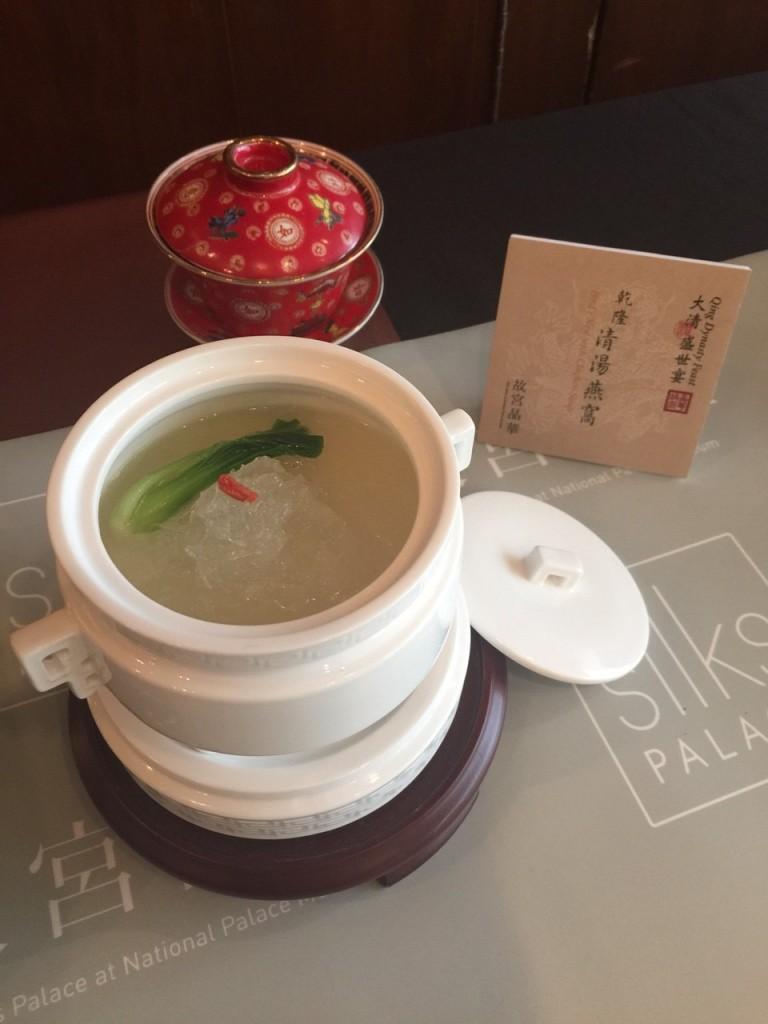 早膳前必空腹吃一碗燕窩,以土雞熬湯烹煮調味,入口清爽。