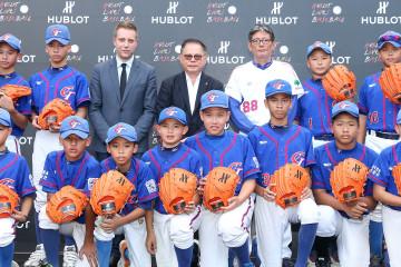 HUBLOT大中華區總經理Loic Biver、世界棒壘總會副會長彭誠浩、世界棒球12強中華隊總教練郭泰源與少棒小將們合影-1