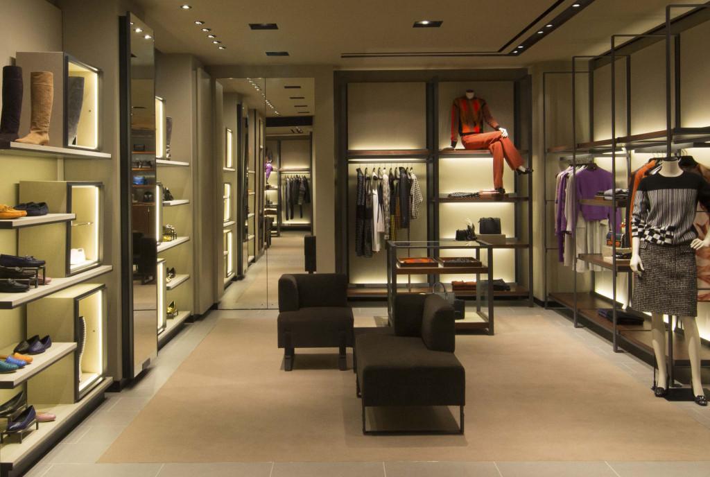 由品牌創意總監Tomas Maier親自設計專門店的空間概念,以大地色系為主的調性沉穩而內斂。