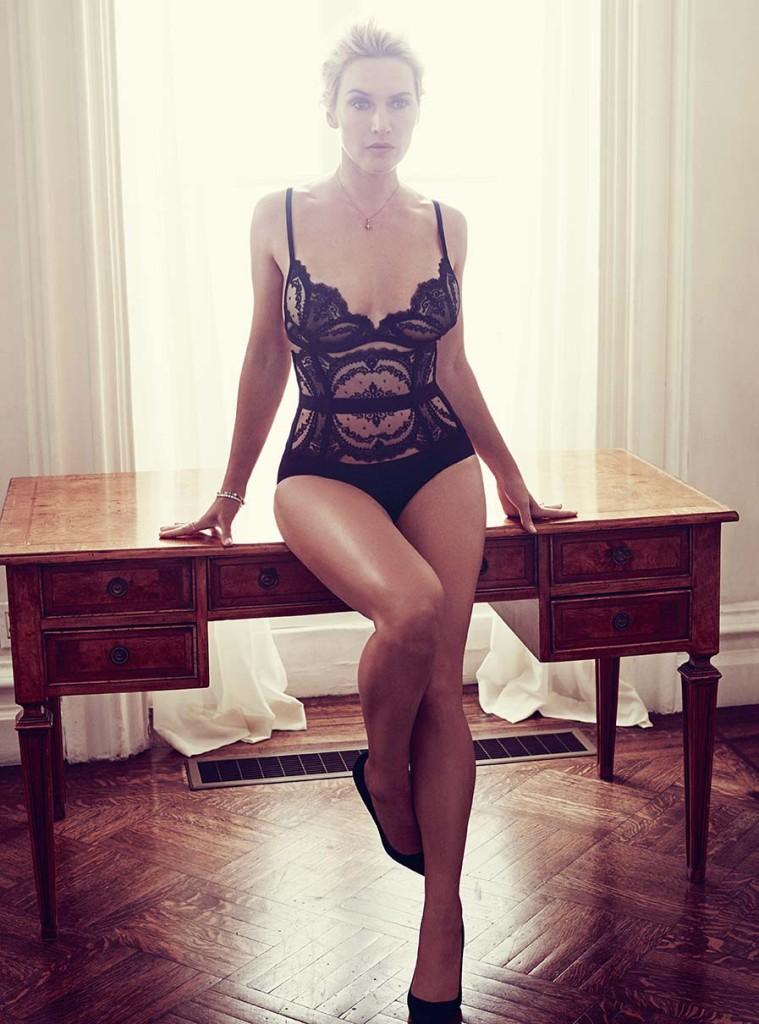 黑色蕾絲胸罩、黑色蕾絲吊襪帶、黑色絲質內褲 by La Perla;黑色麂皮高跟鞋 by Manolo Blahnik。