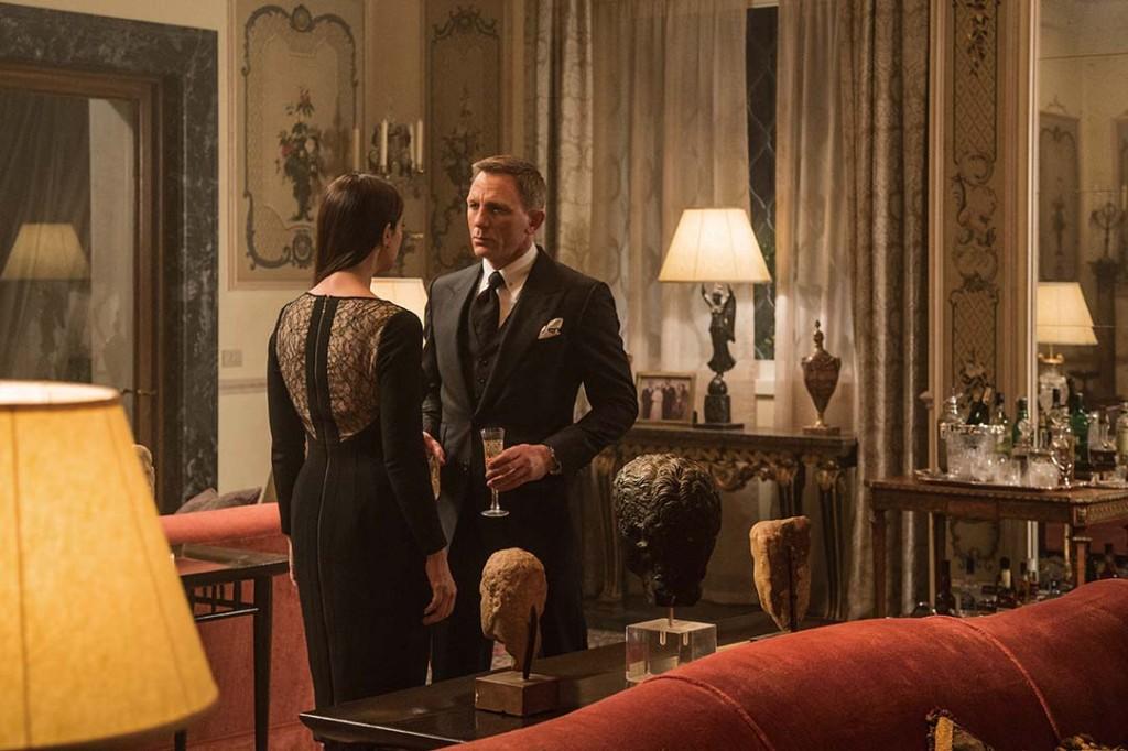 露西亞.席亞拉(莫妮卡.貝露琪飾演)和詹姆士.龐德(丹尼爾.克雷格飾演)在劇中親密互動。