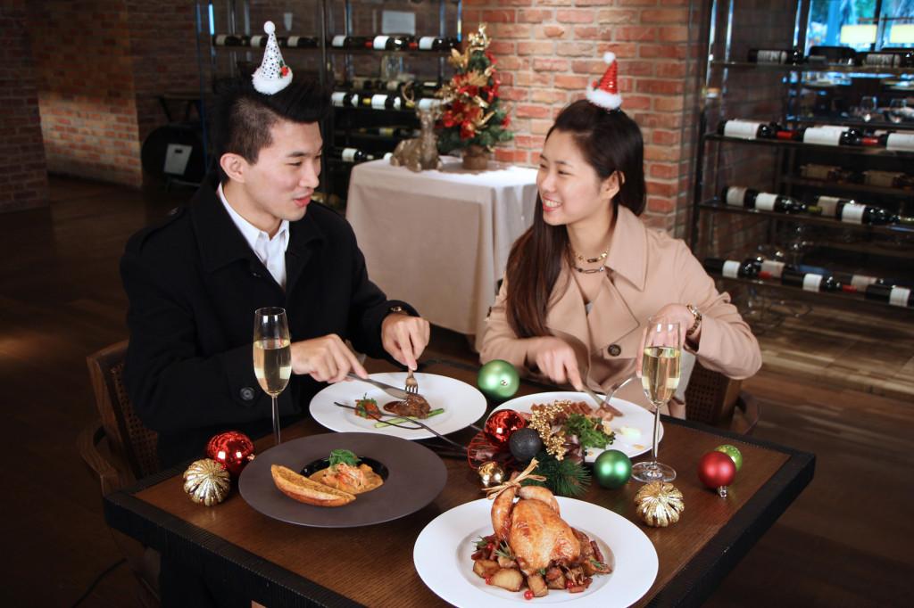 2015 ROBIN'S牛排館鐵板燒於平安夜推出聖誕大餐與聖誕限定甜點吧,牛排館2,680元起 鐵板燒3,880元起。