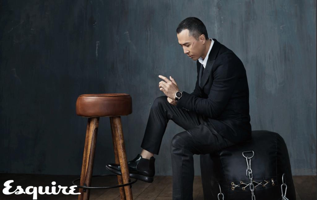 三件式西裝、白色襯衫、 黑色短靴 by Giorgio Armani; 三眼計時黑色皮革腕錶 _$32,500 by Emporio Armani Swiss Made。
