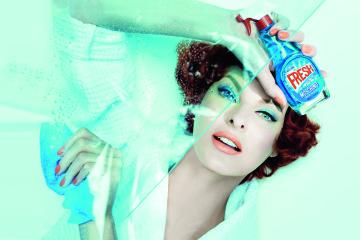Moschino小清新淡香水形象廣告由國際攝影大師Steven Meisel掌鏡,與傳奇超模Linda Evangelista的完美組合便是時尚本身的意義