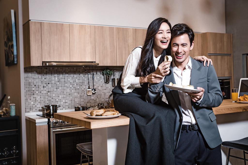 男:灰綠色西裝外套_$68,000、深藍色長褲_$28,000 by Prada;棉質白襯衫_$27,000 by Dior Homme;皮帶_私物。 女:白色水鑽翻領襯衫_$46,900、黑色細肩長洋裝_$89,000 by Louis Vuitton。
