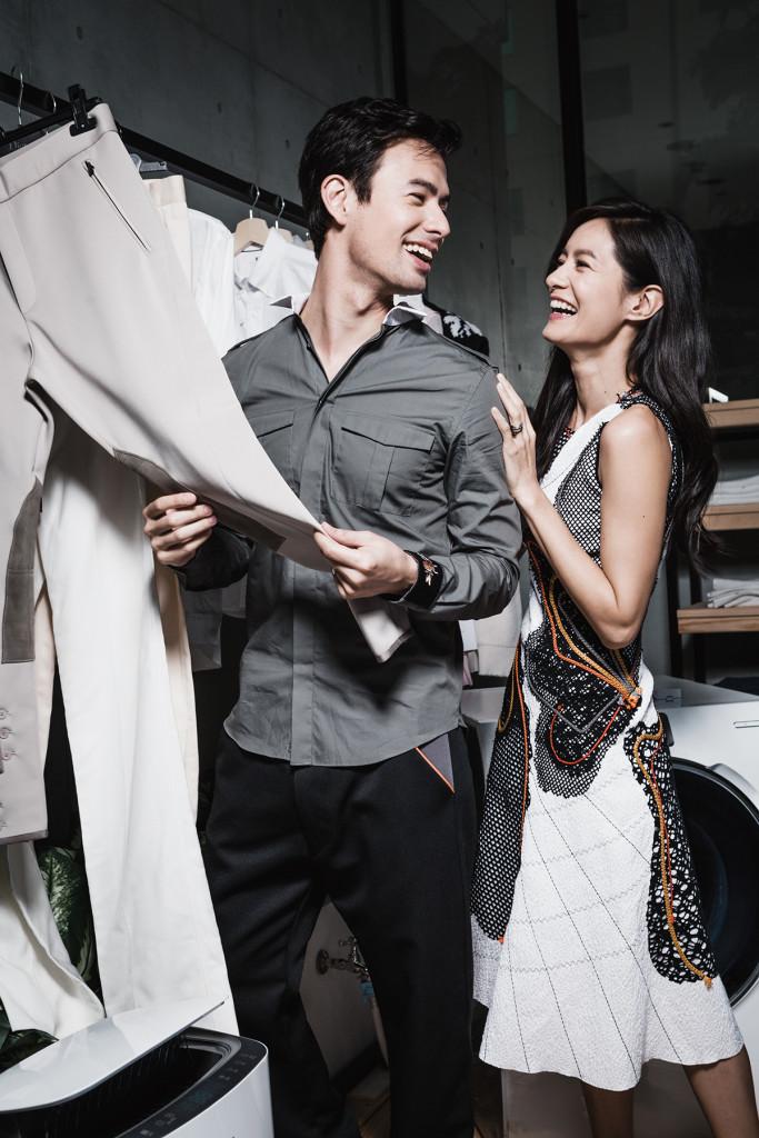 男:襯衫_$35,800 by Valentino;休閒褲_$27,000 by Prada。 女:棉質緹花洋裝_$289,300 by Bottega Veneta。