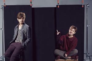 左邊:車縫線裝式丹寧外套_$67,000、雙色幾何圖紋毛衣_$32,500 by Prada;藕色緊身長褲_$22,900、紅色綁帶皮鞋_$32,400 by Gucci。 右邊:紅色絲絨毛冷拼貼上衣_$116,000 by Dolce & Gabbana;棕色反摺九分褲_$15,800 by Boss;紅色綁帶皮鞋_$32,400 by Gucci。