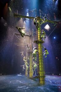 全球最大型水上匯演「水舞間」,以多變的科技舞台與高水準特技團隊所編織而成的奇幻歌舞特技大秀。