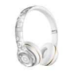 運動時,帶著耳機聽音樂,似乎是再自然也不過了,但現在大多數的藍牙耳機多為入耳式,雖然輕巧但長時間配戴容易讓耳朵發痛,Beats推出的Solo2 Wireless似乎就是因應這個問題而生的。Solo 2耳罩與頭戴結構符合人體工學,自然舒適輕覆耳朵沒有負擔,適合長時間配戴;耳罩上設有按鍵,可接聽電話和切換音樂,其耐用和輕巧的折疊方式,也便於攜帶,現在還有華人視覺藝術家James Jean設計的猴年限定版,既好用又好看! Beats Solo2 Wireless_$11,250。