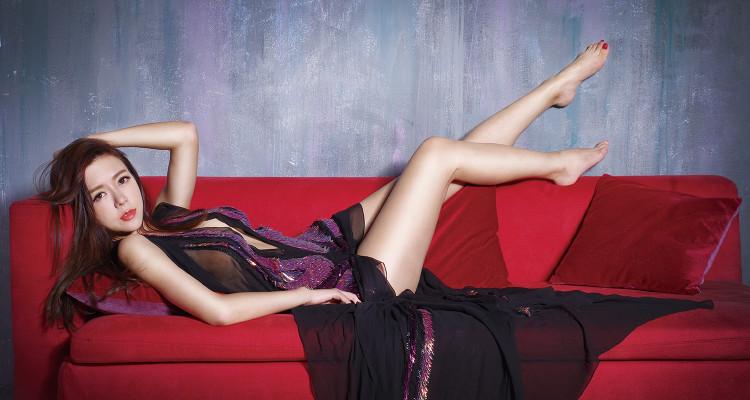 深V刺繡罩衫_$340,100 by Gucci;黑色直條紋緞面內褲_$1,880 by Chantelle。