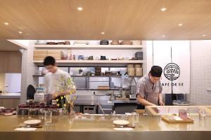 半開放式的吧檯別有一番風味,手作餐飲的料理細節讓人一覽無疑。