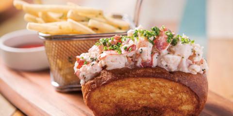 店內聞名遐邇的龍蝦三明治堡,搭上現炸薯條,體現道地的美式風格。