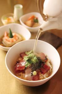 漬鮪魚高湯泡飯,靈感來自傳統茶泡飯,淋過高湯的半熟鮪魚其鮮嫩 滋味可比擬牛肉。