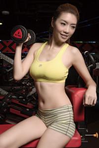 自主訓練系列黃色背心_$1,480 by Fila;麻花灰色HG短褲_$1,080 by Under Armour。