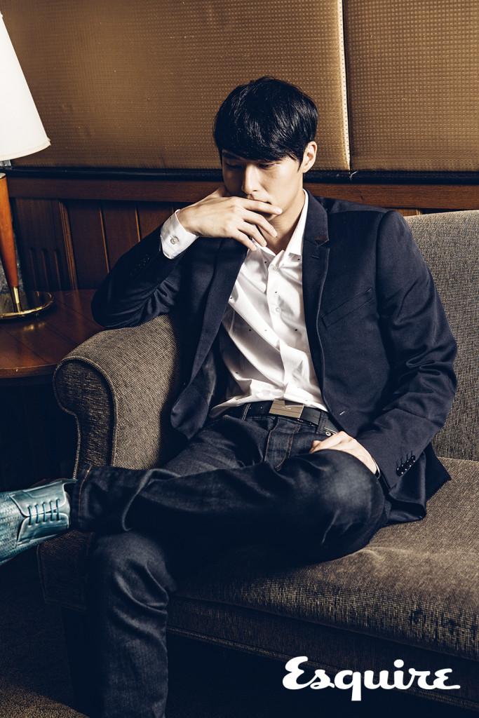 深藍色西裝外套_$79,000、黑色皮帶_$28,000 by Dior Homme;白色襯衫_$18,300 by Louis Vuitton;深藍色丹寧褲_價格電洽 by Dolce & Gabbana;袋鼠皮手工編織德比鞋_$45,300 by A. testoni
