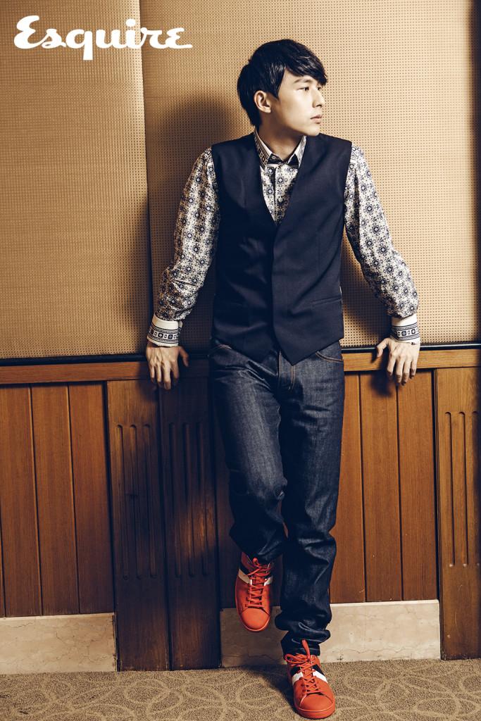 深藍色迷彩背心_$30,000 by Dior Homme;藍色猴子瓷磚印花襯衫_價格電洽 by Dolce & Gabbana;條紋口袋牛仔褲_$25,200、Frontrow紅色運動鞋_$25,700 by Louis Vuitton。