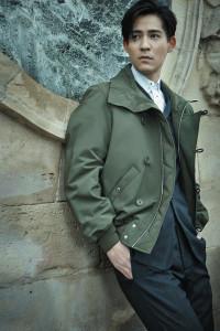 襯衫_$22,000、條紋西裝外套_$130,000、條紋西裝長褲_$27,000、綠色夾克_$82,000 by Dior Homme。