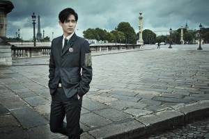 心狀圖騰襯衫_$33,000、領帶_價格電洽、口袋內裡鋪棉西裝外套_$82,000、腰帶_價格電洽、Dior Logo鍍鈀胸針_$18,000 by Dior Homme。