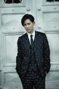 領帶_價格電洽、襯衫_$22,000、三件式西裝圓點刺繡西裝外套_$135,000、圓點刺繡西裝褲_$67,000、圓點刺繡背心_$77,000 by Dior Homme。
