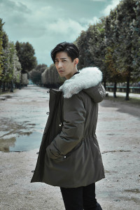 尼龍鋪棉外套_$155,000、西裝褲_$30,000 by Dior Homme。