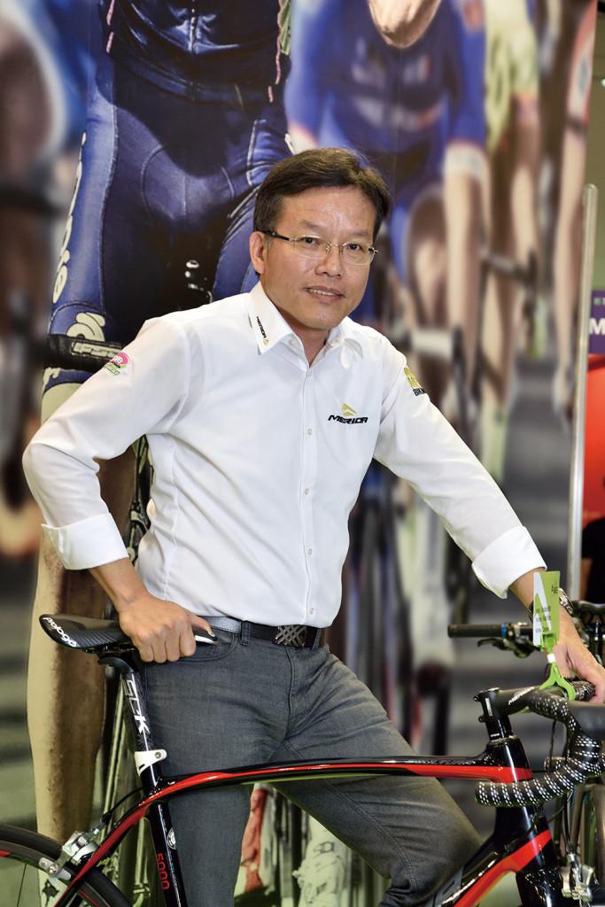 鄭文祥 美利達工業副總經理兼發言人,「三三對談」成員之一。 不是技術底子出身,卻運用他流利的外語能力,把台灣製的高級自行車源源不斷輸入到歐美市場,尤其贊助運動好手眼光出奇精準,成為MIT自行車首度在奧運場上摘下桂冠的重要推手。