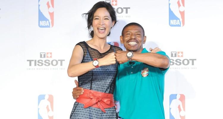 NBA傳奇Muggsy-Bogues與Janet兩人一同展示TISSOT-Quickster-時捷系列NBA-特別版腕錶。