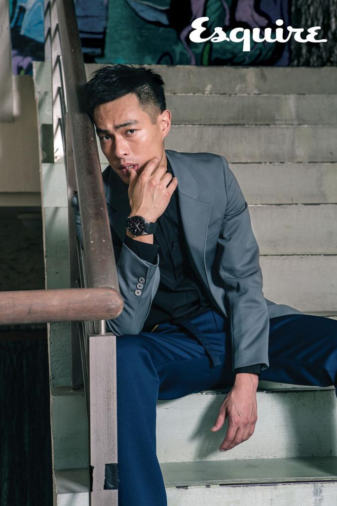灰色西裝外套_$68,000、長褲_$27,000 by Prada;Paris黑色襯衫_價格電洽 by Saint Laurent;Connected智能腕錶_$49,000 by TAG Heuer。