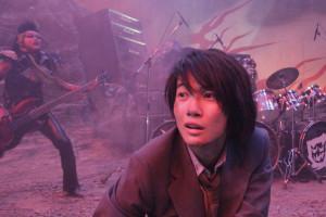 001【地獄哪有那麼HIGH】劇照_神木隆之介遁入地獄,試圖加入搖滾樂團重返人世
