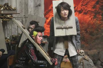 002【地獄哪有那麼HIGH】劇照_本片空降日本首週票房冠軍,左為清野菜名,右為神木隆之介