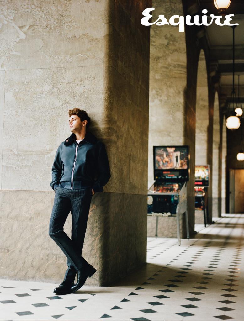 深藍色羊毛翻領皮革外套、白色棉質上衣、灰藍色格紋西裝長褲_ by Louis Vuitton。