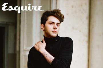 黑色高領毛衣、炭灰色西裝長褲 by Louis Vuitton。