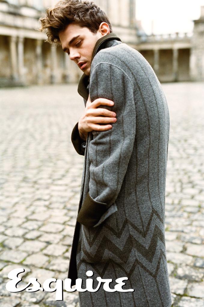 灰色Karakoram圖紋長版大衣 by Louis Vuitton。