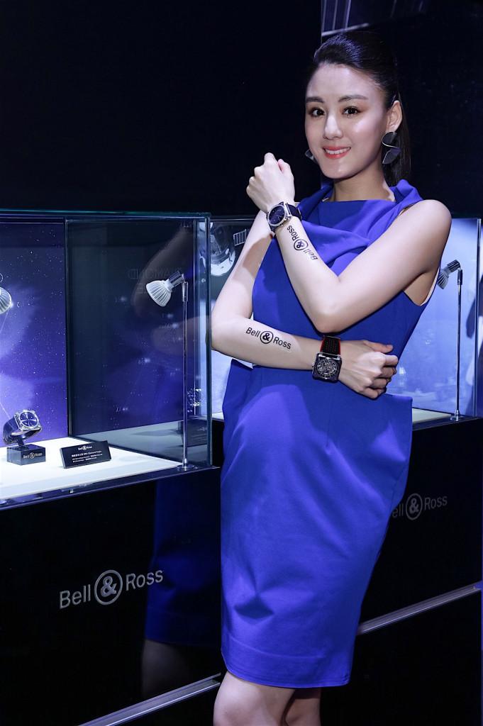 宋紀妍配戴 BRS Diamond Eagle 錶圈鑲鑽款 建議售價NT$226,300 以及BR 03 92 Aero GT 建議售價NT$187,900。