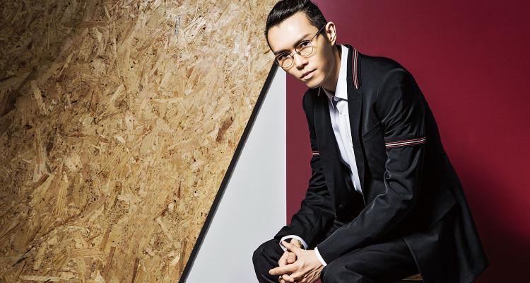 黑色西裝外套內襯紅黑格紋_$79,000、黑色西裝褲_$28,000 by Dior Homme;修身剪裁伸縮棉質襯衫_$16,500 by Burberry;眼鏡_私物。