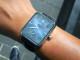 典雅的錶盤透露出深邃神祕的午夜藍,再融入煙燻層變的放射狀太陽紋