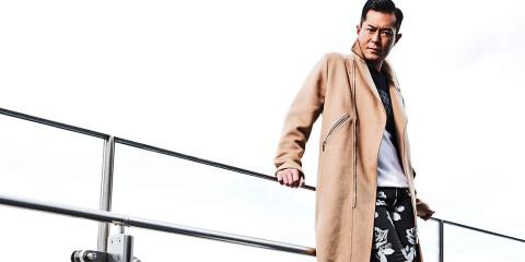 駝色騎士大衣_$120,000、黑白緹花羊毛衫_$28,000、黑色玫瑰花牛仔褲_$30,000、紅色橡膠厚底德比皮鞋_$31,000 by Dior Homme。