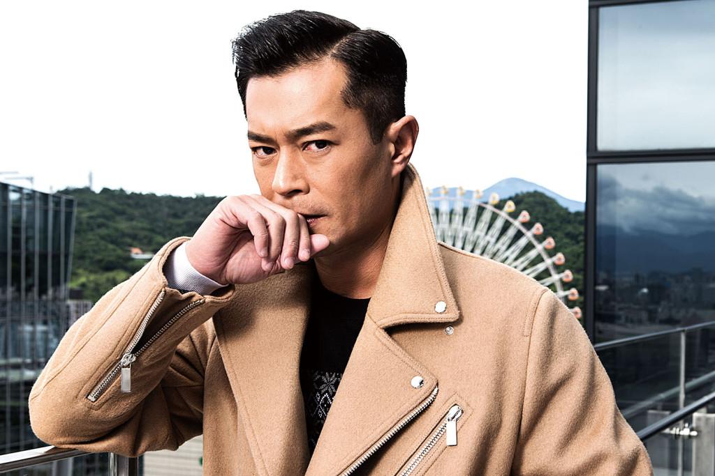 駝色騎士大衣_$120,000、黑白緹花羊毛衫_$28,000 by Dior Homme。