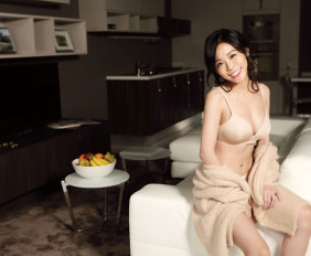 粉紅開襟外套_$890 by GU;Irresistible粉膚色無鋼圈胸罩_$3,980、低腰四角褲_$1,680 by Chantelle。